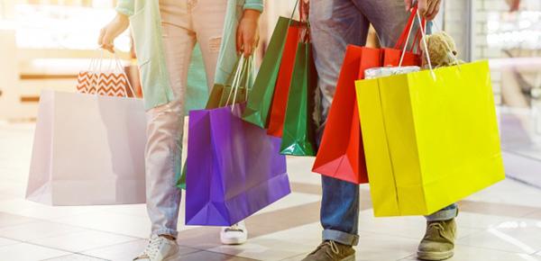 買い物中のカップル